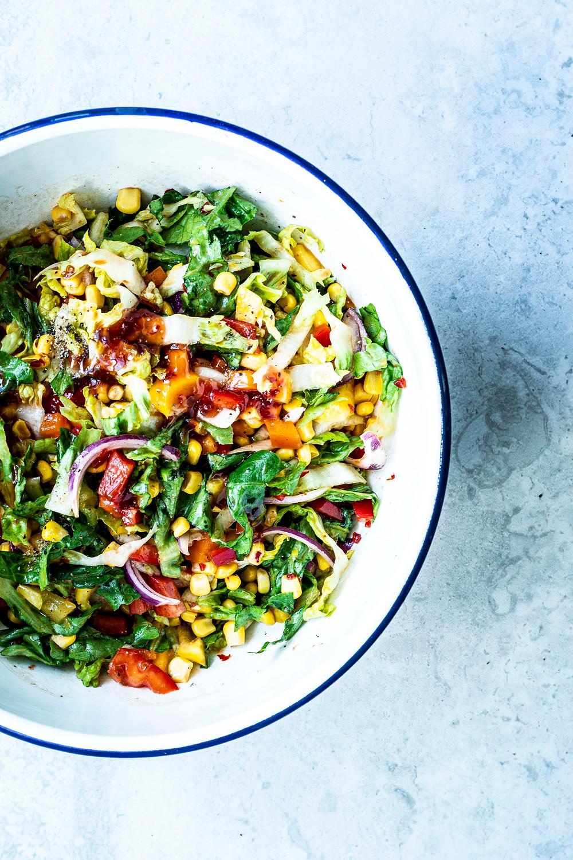 Dieser einfache und schnelle grüne Salat mit Paprika und Mais ist der Überraschungssieger im neuen Grillsalate E-Book. Denn das Dressing passt unfassbar gut zu dieser Salatidee. Mit Sweet-Chili-Soße wird er scharf und süß zugleich. Einfach genial und so lecker. MOE'S QUICK & EASY FOOD  #vegetarisch #vegan #salatrezept #asiatisch #schnellesrezept