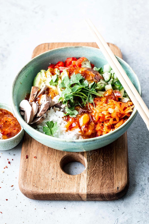 Einfache Asia Bowl mit Mango-Chili-Soße braucht nur 15 Minuten und ist vollgeladen mit frischem Gemüse. Das perfekte, gesunde und leichte Abend- oder Mittagessen – MOE'S QUICK & EASY FOOD #einfach #schnell #asiatisch #gesund #healthy #bowl