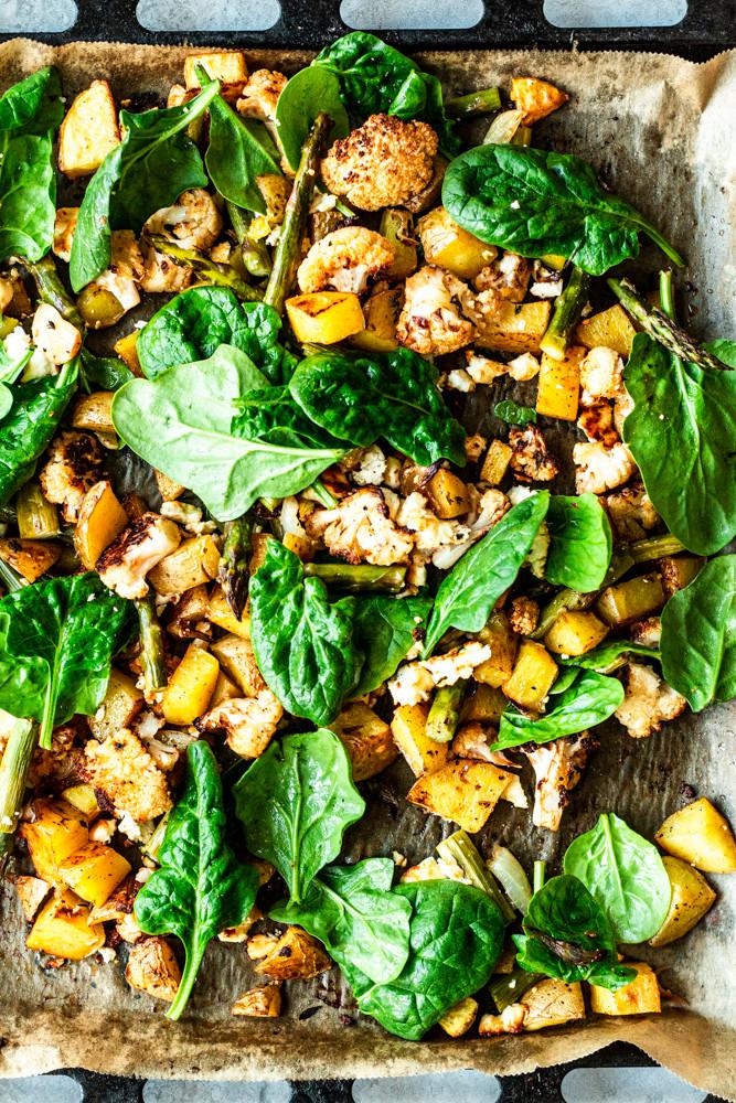 Diese super einfache und schnelle Ofengemüse-Rezepte mit Spargel, Kartoffeln, Blumenkohl und Feta ist in nur 5 Minuten vorbereitet und kann direkt in den Backofen. Mit einer Marinade aus Harissa, Olivenöl und aromatischem Thymian wird's doppelt lecker. Gesund, einfach und sooo gut! Lasst es euch schmecken. MOE'S QUICK & EASY FOOD – #vegetarisch #spargel #ofengemüse #kartoffeln #gesund