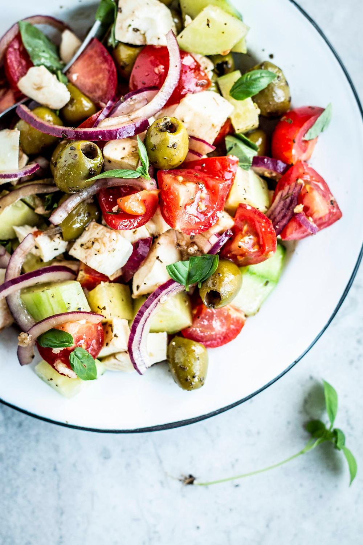 Dieser einfache und turbo schnelle Tomatensalat mit Mozzarella und Oliven ist super lecker und kinderleicht. Nur 5 Minuten und schon kann gegessen werden. Der perfekte Sommer Salat für den Grillabend oder wenn es mal schnell gehen muss. MOE'S QUICK & EASY FOOD  – #vegetarisch #beilage #grillsalat #italienisch #griechisch