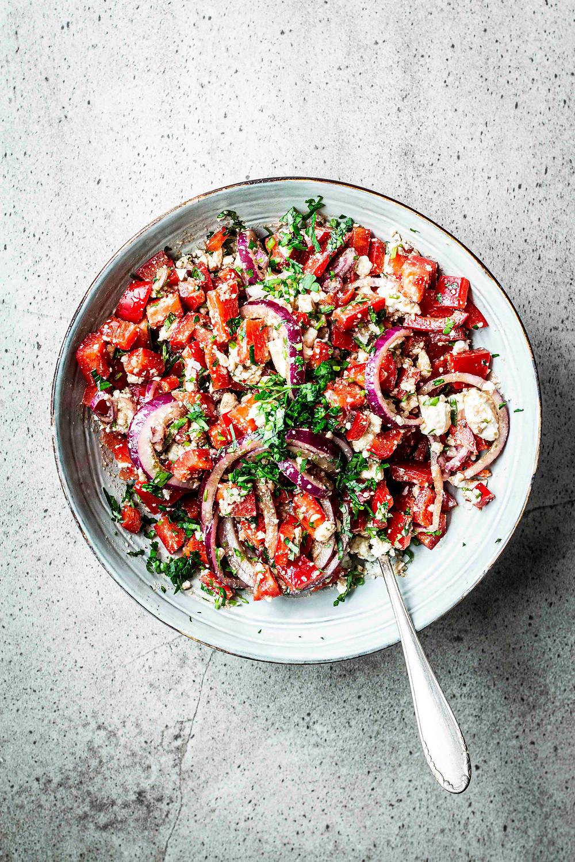 Dieses einfache Salat Rezept ist perfekte zum Grillen: Mit Paprika, Feta und Petersilie ist er der Leckerste auf dem Grillabend! Schnell, einfach und vegetarische – die perfekte 5–Minuten Beilage