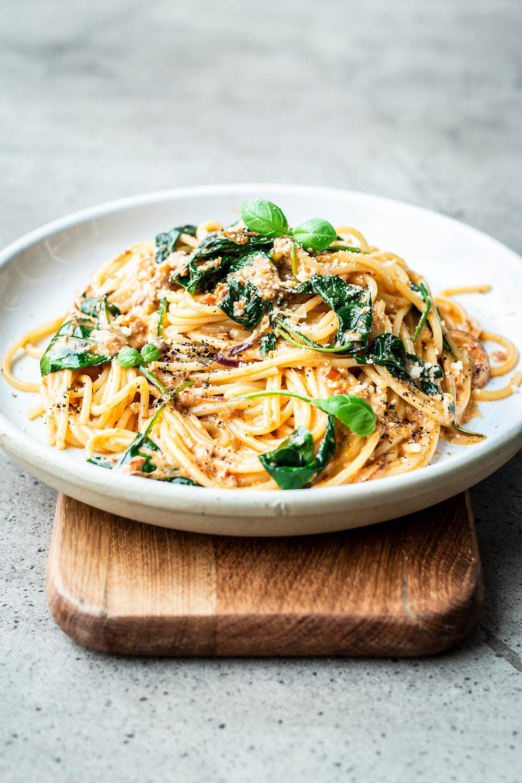 Pasta mit Spinat und Pesto-Sahne-Sauce ist super einfach und in nur 15 Minuten fertig. Cremige Pesto Sauce mit zartem Baby-Spinat und Spaghetti – das beste Feierabend Rezept ever! MOE'S QUICK & EASY FOOD BLOG #pasta #spaghetti #pestopasta #veggie