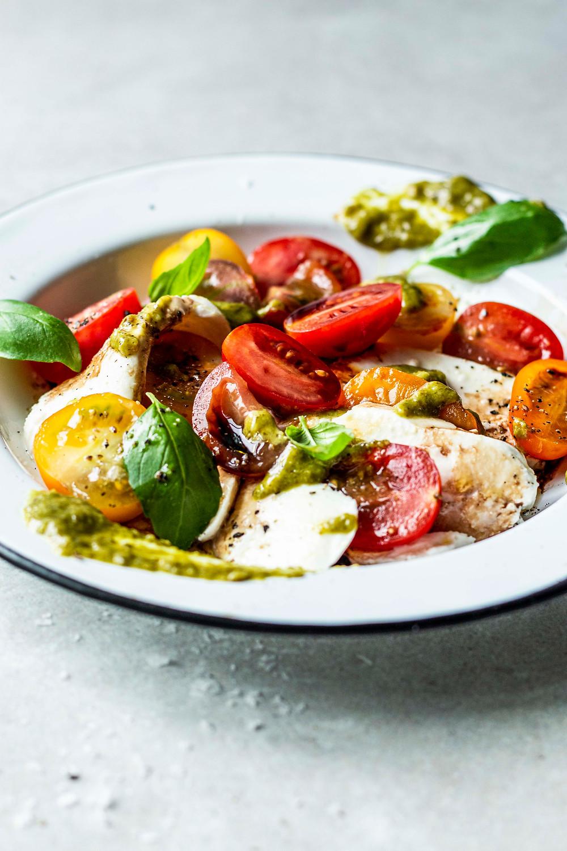 Dieses einfache und schnelle Salatrezept mit Tomate, Mozzarella und Pesto ist in nur 5 Minuten ready to eat – low carb, super easy, leicht und frisch für den Sommer! Und schmeckt garantiert jedem – MOE'S QUICK & EASY FOOD – #schnellesrezept #salatrezept #lowcarb #caprese