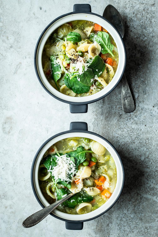 Einfache Gemüsesuppe mit Nudeln und Spinat. Mit viel Gemüse und Parmesan wird dieses Rezept euer Liebling. Das Rezept ist einfach und schnell zuzubereiten im Frühling, Sommer, Herbst und Winter. #schnell #Feierabendrezept #einfach #Nudelsuppe #Gemüsesuppe #Wochenmag