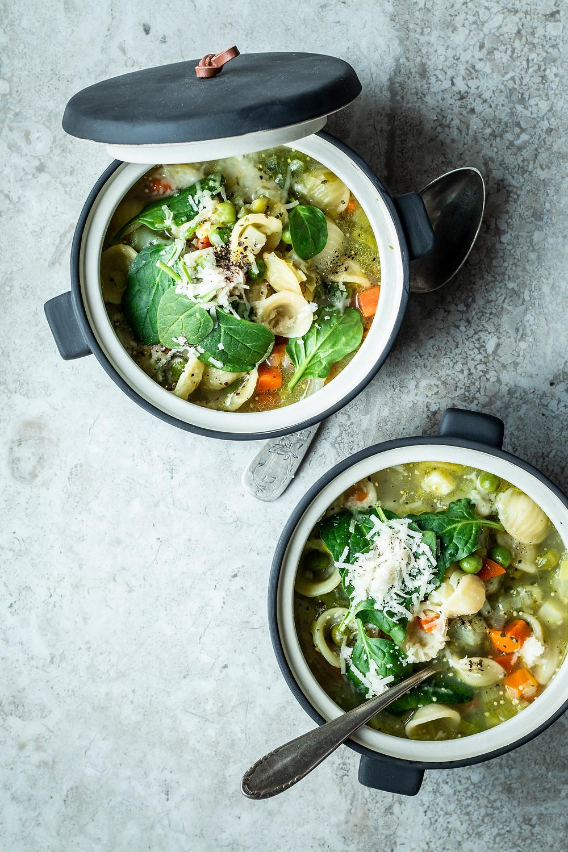 Einfache Gemüsesuppe mit Nudeln und Spinat. Einfache Gemüsesuppe mit Nudeln und Spinat. Dieses Rezept ist in nur 20 Minuten fertig und mit viel Gemüse schnell und einfach zubereitet. So bombastisch lecker.