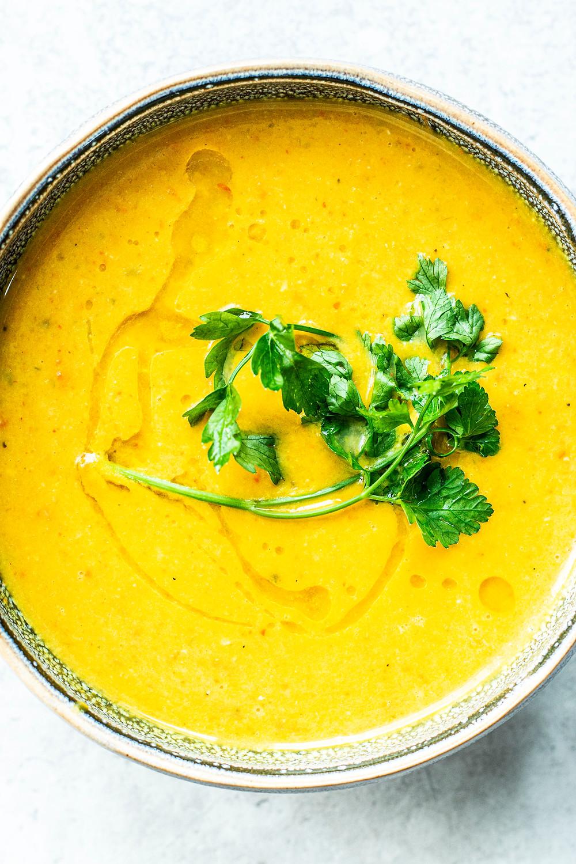 Dieses einfache und schnelle Kürbis Rezept ist in nur 20 Minuten fertig. Eine scharfe Kürbissuppe mit Ingwer und Currypaste. So lecker – MOE'S QUICK & EASY FOOD – #kürbissuppe #healthy #suppe #scharf