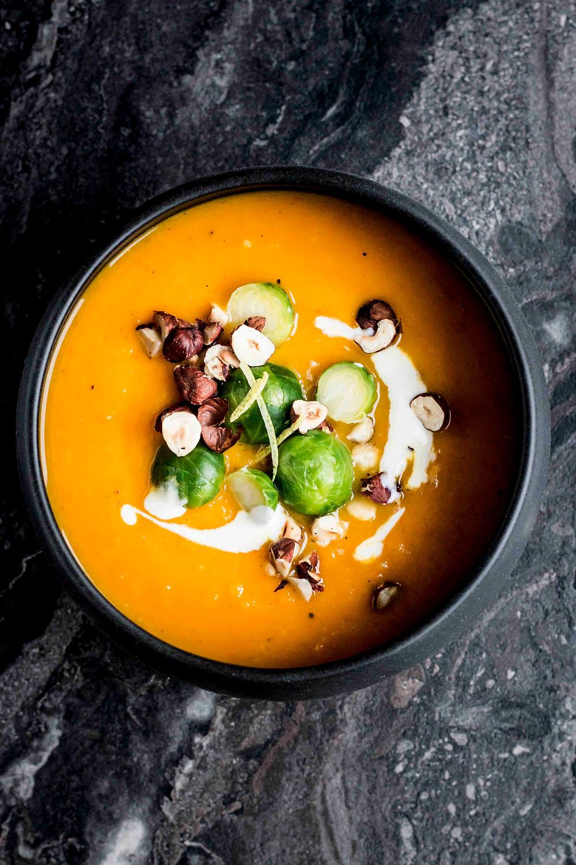 Cremige Kürbissuppe mit Rosenkohl und Nüssen (super einfach!) – MOE'S QUICK & EASY FOOD BLOG – #herbst #winter #weihnachten #suppe