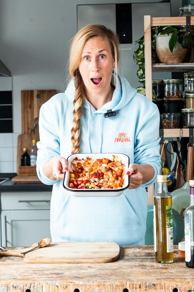 Einfacher geht's nicht! Dieses einfache und Turbo schnelle Gnocchi Rezept aus dem Ofen ist in nur 15 Minuten fertig und schmeckt besser als das Original (Baked Feta Past). Das Beste: Nur 4 Zutaten in eine Form geben, 15 Minuten in den Ofen und fertig ist das schnelle Mittagessen oder Abendessen. Mit cremigem Feta, weichen Gnocchi und Kirschtomaten ist es schon jetzt meine Lieblingsrezept. MOE'S QUICK & EASY FOOD – #bakedfetapasta #pasta #gnocchi #rezept #schnellesrezept #mittagessen #einfachesrezept #ofenrezept