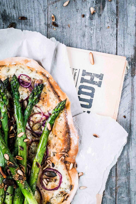 Dieses einfache und schnelle Flammkuchen Rezept mit grünem Spargel ist unglaublich lecker. Mit wenigen Zutaten und einem selbstgemachten Teig (ohne Hefe) wird dieser Flammkuchen dein neues Lieblingsgericht. Knusprig, cremig, würzig und so gut! MOE'S QUICK & EASY FOOD - #vegetarisch #spargel #ofengericht #flammkuchenteig #schnell