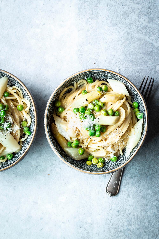 Dieses einfache und super schnelle Pasta Rezept mit Spargel ist das perfekte Sommergericht. Mit frischen Erbsen, cremiger Parmesan Käsesoße und heißgeliebten Spaghetti wird's sooo lecker – MOE'S QUICK & EASY FOOD #pasta #spargel #schnell #einfach #sommergericht