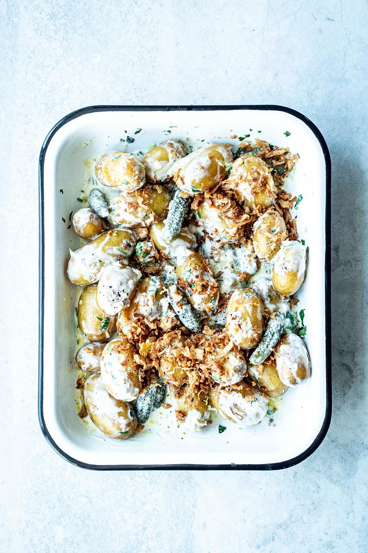 Einfacher Kartoffelsalat mit Röstzwiebeln und Joghurt-Dressing. Super einfach, schnell und cremig. Perfekt für Gäste oder als schnelles Feierabendrezept. Das Beste: Bei diesem Kartoffelsalat Rezept muss sogut wie nichts geschnitten werden. Alles bleibt einfach ganz – MOE'S QUICK & EASY FOOD – #kartoffelsalat #salat #ohnemayo #schnellundeinfach