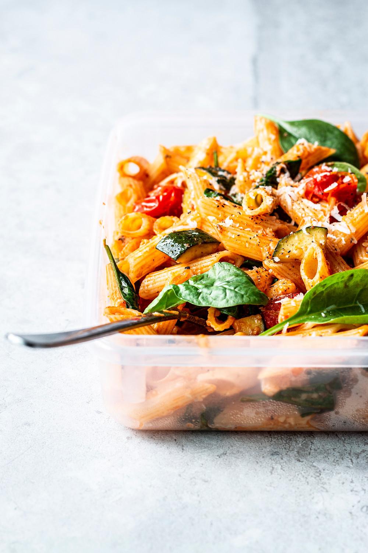Dieses einfache und schnelle Nudelsalat Rezept mit Tomaten, Zucchini, Spinat und Parmesan, eignet sich perfekt für den nächsten Grillabend oder als Meal Prep für dein Office-Lunch – Sommer pur und derbe lecker! MOE'S QUICK & EASY FOOD #pasta #nudelsalat #sommergericht #schnell #rezept
