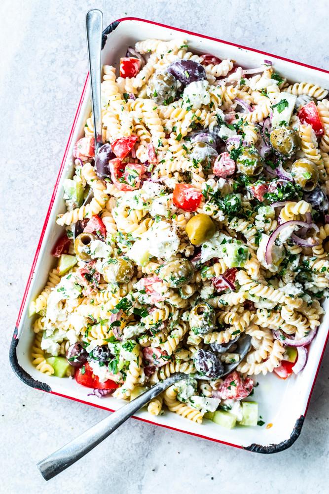 Wenn du Nudelsalat eh schon geil findest, dann wirst du dieses gesunde griechische Nudelsalat Rezept lieben! Denn dieser mediterrane Nudelsalat ist vollgeladen mit griechischem Gemüse, wie Oliven, Tomaten, Gurke, Petersilie, wird getoppt mit einer unfassbar leckeren Tzaziki Soße aus 3 Zutaten und gekrönt mit herrlich cremigem Feta! Ich sach euch: Der ist perfekt für den nächsten Grillabend, euer Picknick oder für unterwegs. Ich freu mich schon derbe dieses Rezept vorzubereiten und beim Camping zu verspeisen – Yes! MOE'S QUICK & EASY FOOD #salat #nudelsalat #pasta #schnellesrezept #gesund