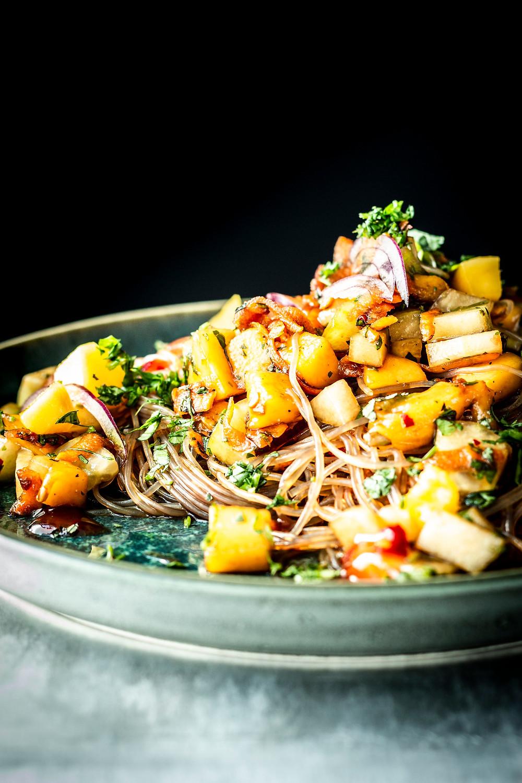 Schnelles Glasnudelsalat Rezept für deinen asiatischen Feierabend. Mit Mango, fruchtiger Soße und in nur 15 Minuten fertig. Schmeckt derbe gut! #glasnudelsalat #asiatisch #vegetarisch #schnell #einfach #feierabend #rezept