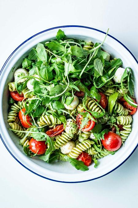 Einfacher Nudelsalat mit Pesto, Rucola u