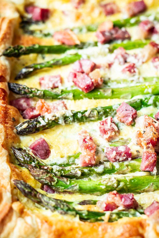 Ein Spargelrezept, was seines gleichen sucht: Eine original Carbonara Soße kombiniert mit einer Blätterteig Tarte und würzigem Pancetta – genial lecker! #rezept #spargelrezept #frühlingsrezept #carbonara #blätterteigtarte #schnell #einfach