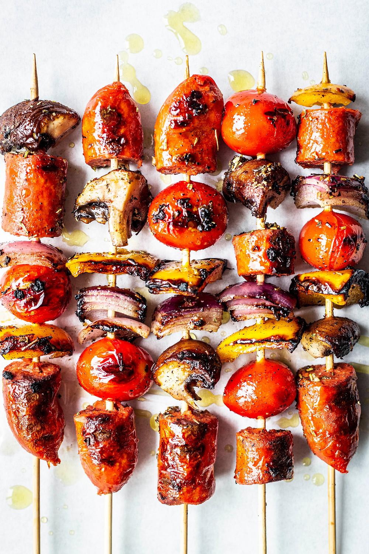Diese einfachen und vegetarischen Grillspieße sind in nur 15 Minuten fertig. Perfekt für Gäste und deinen nächsten Grillabend. Mit vegetarischen Würstchen die perfekte fleischlose Variante – MOE'S QUICK & EASY FOOD #bbq #grillen #vegetarisch #veggie #vegan