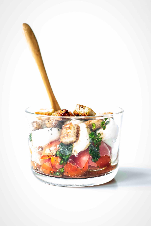 Dieser einfache und schnelle Caprese Salat im Glas ist mein Liebling im Sommer. Schmeckt einfach jedem und ist so lecker. Die Kombination aus Tomaten, Mozzarella, Basilikum und knusprigen Croûtons sind besonders und doch so einfach. Musst du probieren. MOE'S QUICK & EASY FOOD #vegetarisch #salatidee #caprese #gesund #schnellesrezept