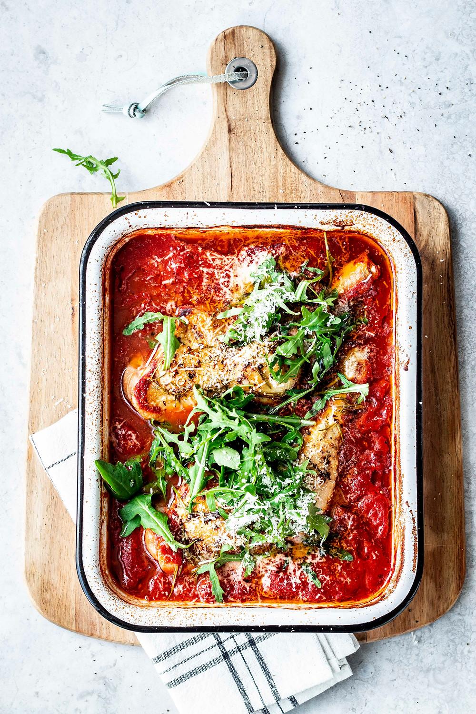 Dieses einfache Hähnchen in Tomatenssosse mit Kräuter-Öl, Rucola und Parmesan ist in nur 30 Minuten fertig! Nur 5 Minuten Vorbereitung, nur 6 Zutaten und den Rest macht der Ofen! Das perfekte Sommergericht. Es schmeckt nach Urlaub auf dem Teller. MOE'S QUICK & EASY FOOD – #tomatensosse #chicken #italienisch #quickandeasy #einfach #schnell