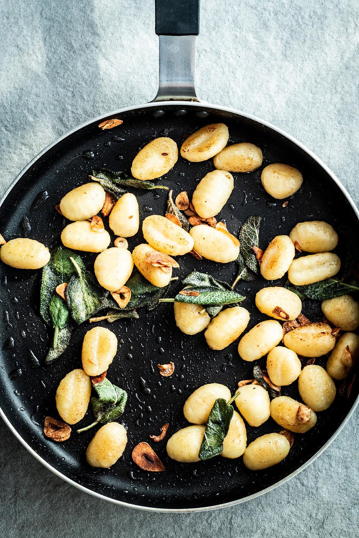 Gnocchi mit Salbei. Die 10-Minuten Gnocchi sind schnell und einfach zubereitet. Nur 5 Zutaten für das perfekte Feierabendrezept!