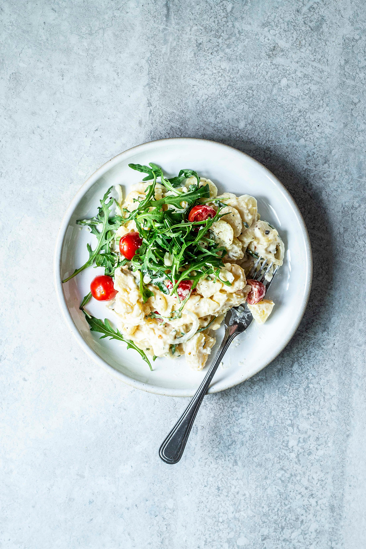 Schneller und einfacher Kartoffelsalat mit Mayonnaise, Tomaten und Rucola. Der perfekte Grillsalat, als Beilage oder einfach so. Super lecker und super easy – MOE'S QUICK & EASY FOOD #einfach #kartoffelsalat #vegetarisch #grillen