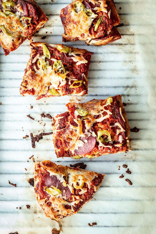 Dieses einfache selbstgemachte Pizza Baguette ist in 20 Minuten fertig und mit Salami und Peperoni ein echter Klassiker – super lecker und so einfach. #pizza #pizzabaguette #salamipizza #rezept #selbstgemacht