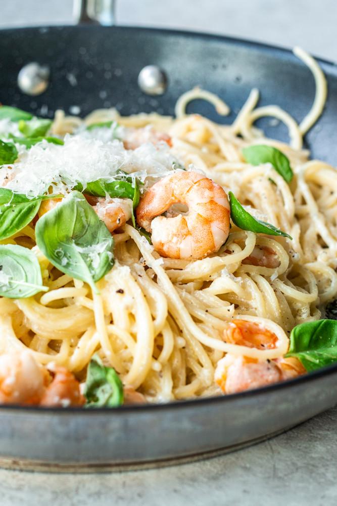 Dieses leckere Rezept mit Spaghetti ist einfach der Oberhammer. So simpel und doch so geil. Das Beste: Die Spaghetti mit Garnelen und Knoblauch in cremiger Soße sind in nur 10 Minuten fertig und kicken euer jetziges Lieblingsgericht direkt vom Thron. Ich sag nur: Garnelen, Knoblauch, cremiger Soße, Basilikum und Parmesan – das perfekte Nudelgericht – MOE'S QUICK & EASY FOOD #pasta #rezept #garnelen