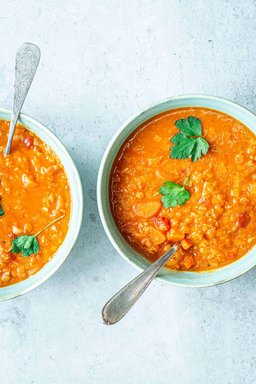 Dieses schnelle Suppen Rezept ist perfekt für deinen Feierabend oder zum Mitnehmen für's Büro – Mit roten Linsen, viel Gemüse und Kokosmilch ist das Rezept herzhaft, vegetarisch und sättigend. Einfach nur lecker!