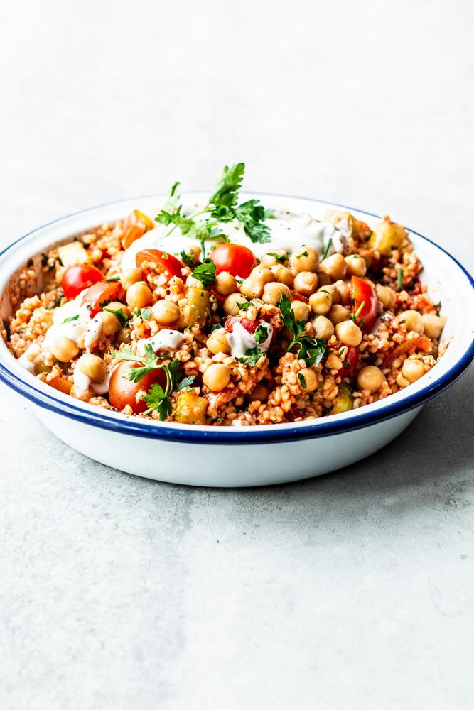 Dieser einfache und gesunde Bulgursalat mit Kichererbsen, Tomaten, Gurke und Zitronen Joghurt Dressing ist in nur 10 Minuten fertig und super lecker. Perfekt für das schnelle Mittagessen oder zum Grillen. Und nicht zu vergessen: Super zum Mitnehmen (Ausflug, Picknick, Camping) – MOE'S QUICK & EASY FOOD – #salatrezept #bulgursalat #tabouleh #schnellerrezept