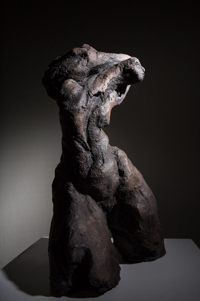 Caroline Chopin, Fougue , grès cérame, 43/29/19 cm photographie Bénédicte Deleplanque  disponible en bronze