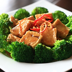 649 FRIED TOFU WITH BROCCOLI IN BBQ SAUCE