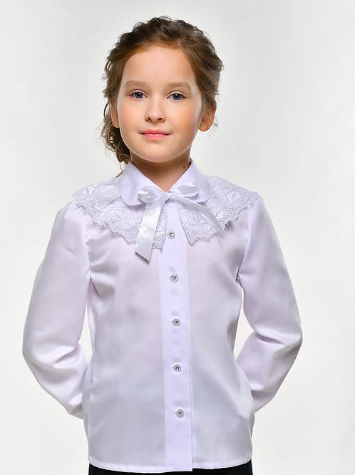Белая блузка с длинным рукавом и жабо.