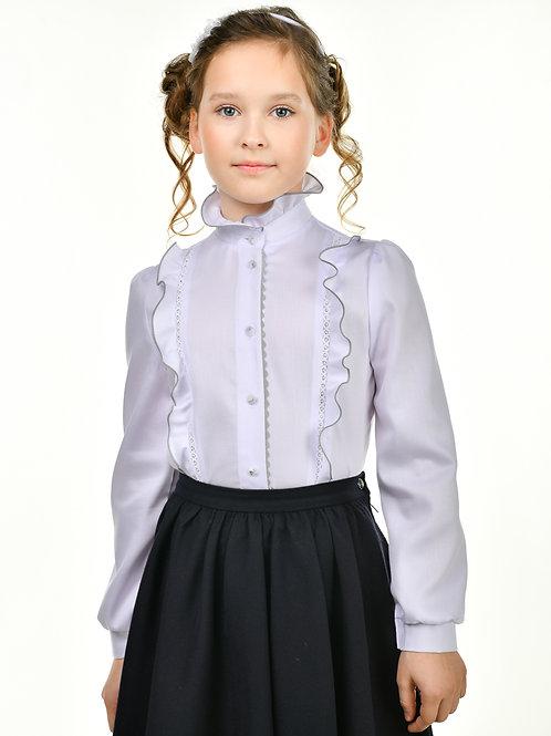 Белая блузка с серой отделкой.