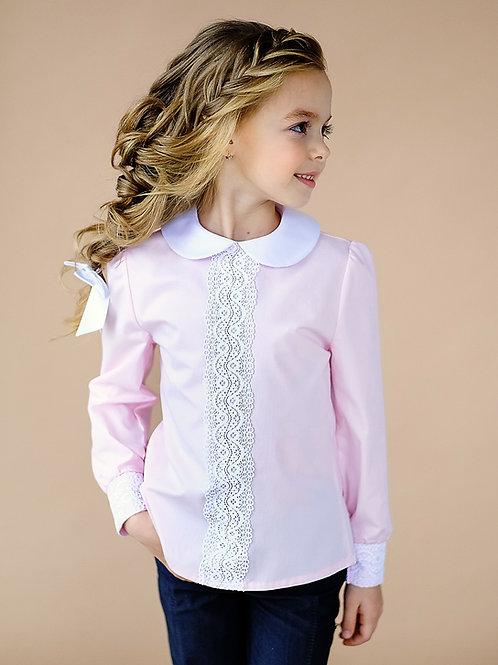 Розовая блузка для девочки с белым воротником и кружевом.