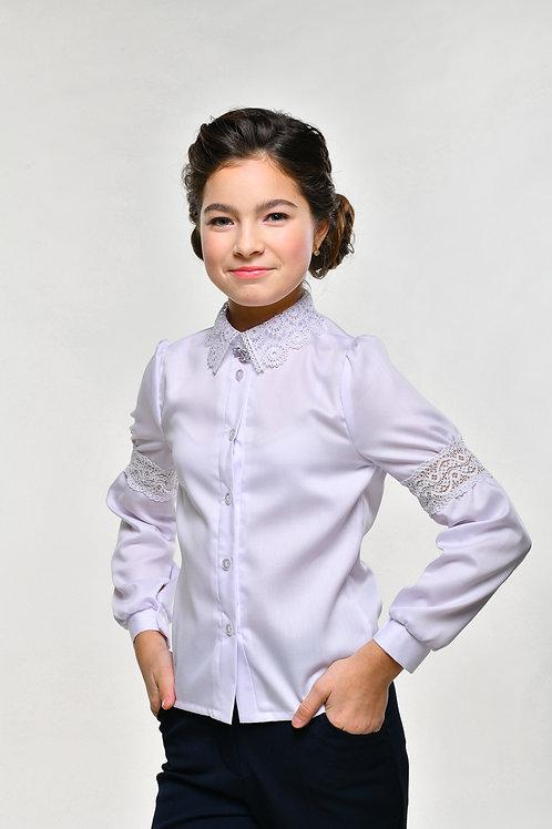 Белая школьная блузка с кружевной вставкой на рукаве