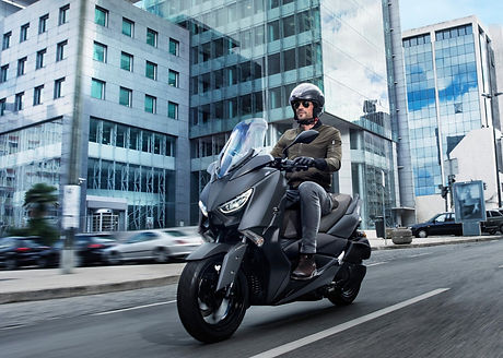 2020-Yamaha-XMAX300-EU-Sonic_Grey-Action