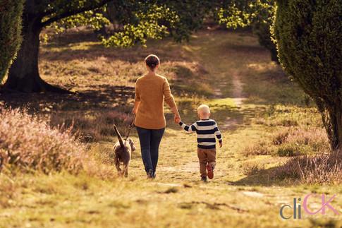 Familienfoto-mit-Hund-Heideblüte-cliCK-C