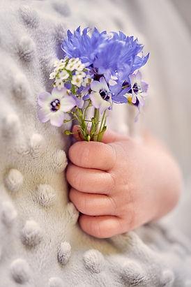 Hände-Neugeborenenfoto-Newborn-Fotografi