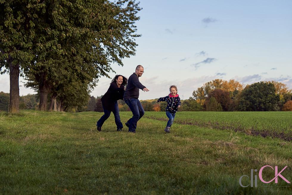 spielend-Familienfotos-lustiges-Fotoshoo