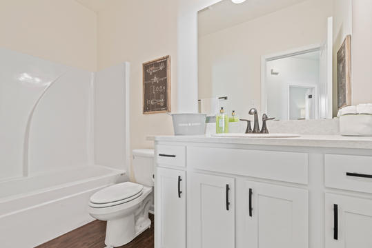 cottages-at-savannah-row-hall-bathroomj