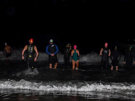 Aventure-se em uma natação noturna no mar