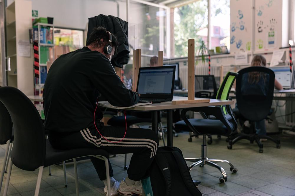 Young man learning German at Moabit Hilft
