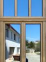 Középen felnyíló ablak díszítéssel