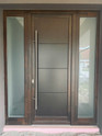 Bejárati ajtó oldalvilágítókkal