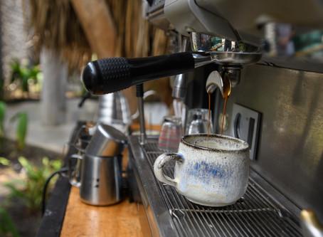 Servindo a Deus com cafés e carpintaria
