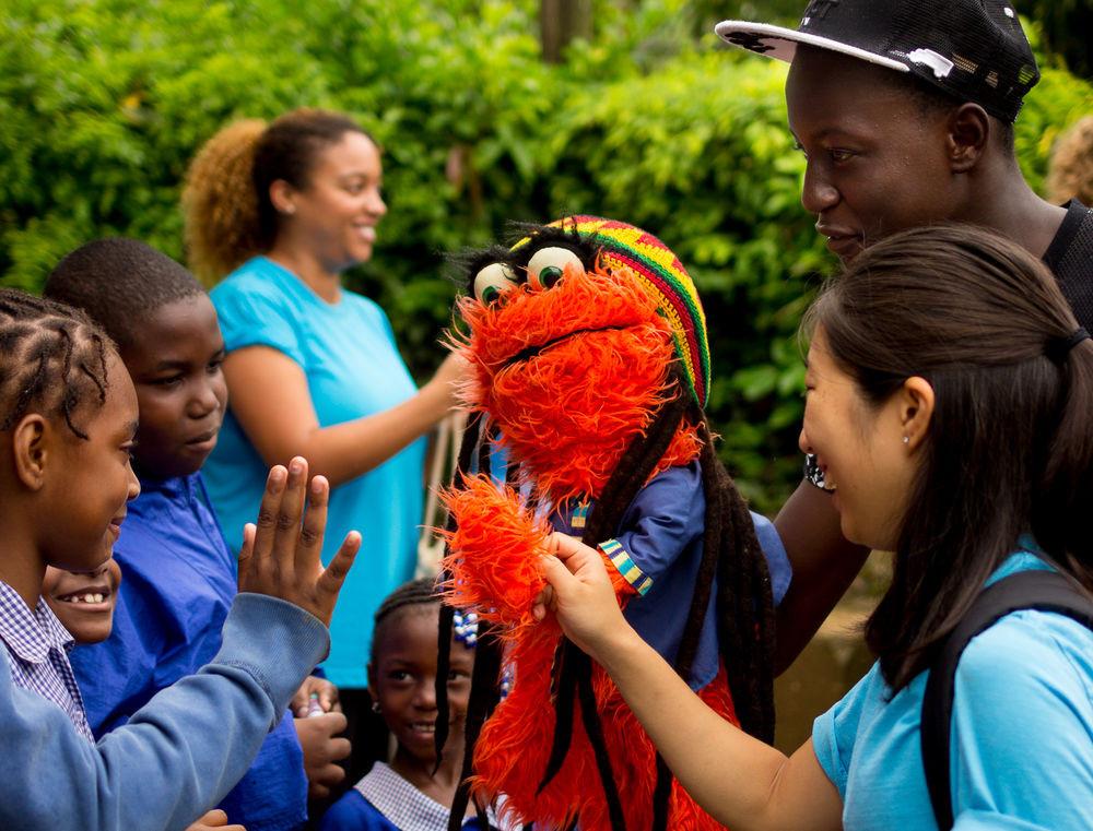 Mr Orange interagindo com as crianças