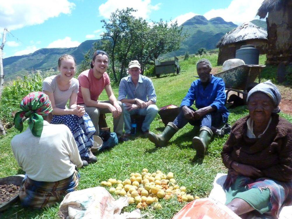 Time visitando casas em Lesotho