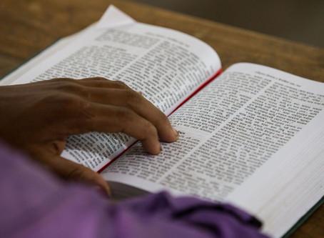 De ônibus, bicicleta ou barco: OM faz do Novo Testamento o best-seler no.1 em Bengali