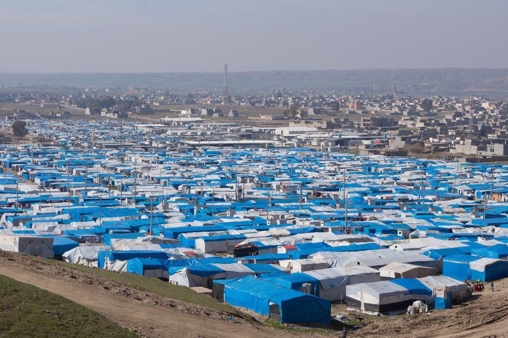 O acampamento para refugiados e deslocados internos (IDPs) preenche o vale com tendas brancas e lonas azuis.
