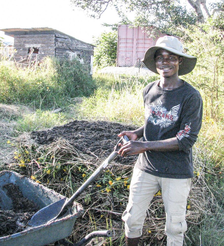 Moses trabalhanda na fazenda modelo da OM na Zâmbia
